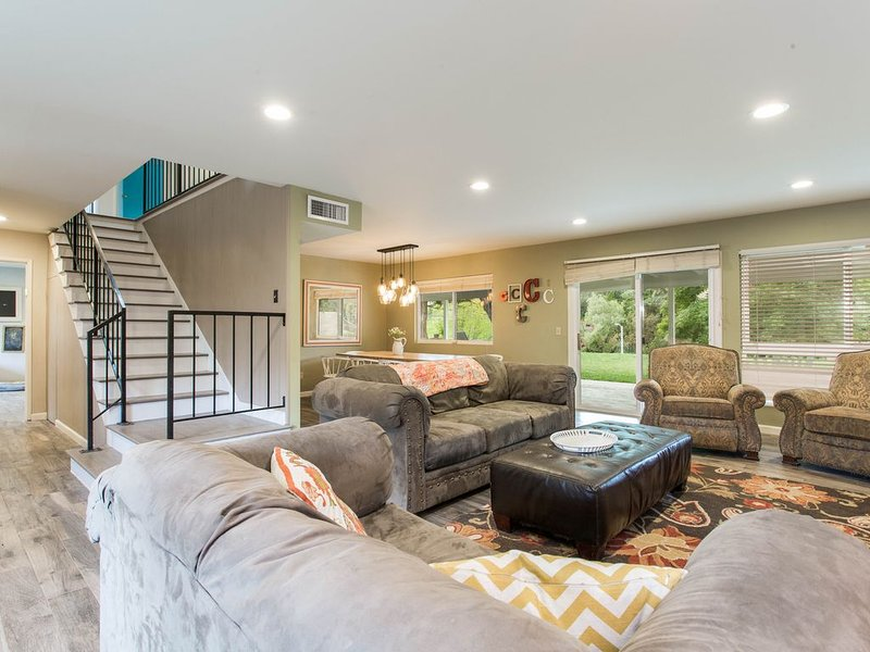 Large Family Vacation Home, near 101 Hollywood fwy, shop, dine, beach nearby!, location de vacances à Bell Canyon