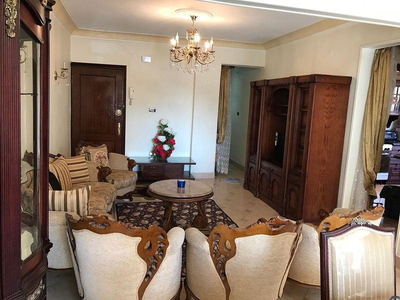 Classy excellent  well furnished full equipped apartment at new maadi, aluguéis de temporada em Gizé