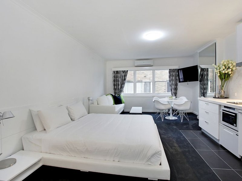 FULLY FURNISHED LARGE STUDIO APARTMENT - JUST BRING SUITCASES, holiday rental in Toorak