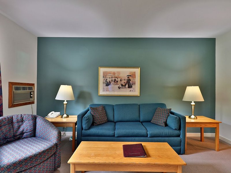 119/121 Deluxe one bedroom suite located on first floor w/outdoor heated pool, holiday rental in Sherburne