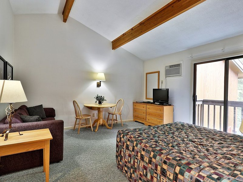 207 Queen Studio on the 2nd floor w/ outdoor heated pool, holiday rental in Sherburne