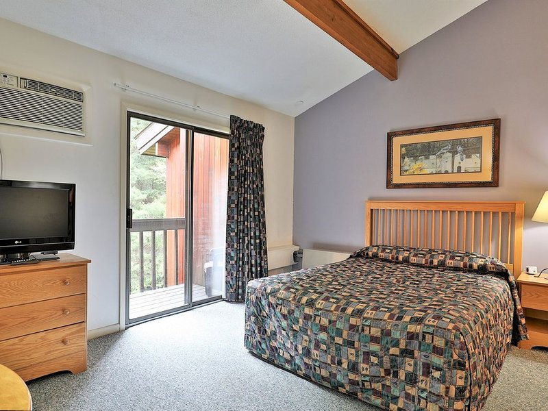 210 Queen Studio on the 2nd floor w/ outdoor heated pool, holiday rental in Sherburne