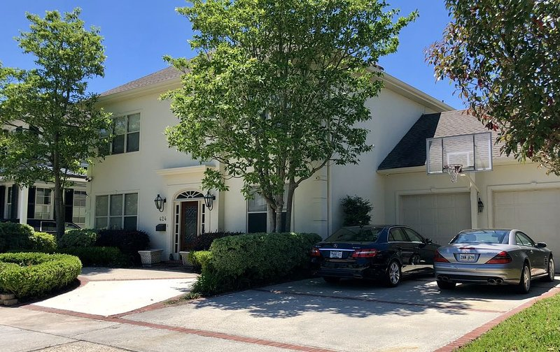 NEW LISTING! Luxury Executive Home 10-15 minutes from Everything!, vacation rental in Kenner