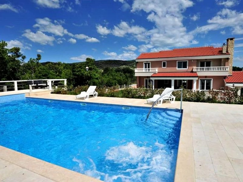 Modern and luxury house, five bedroom, outdoor pool and barbecue, free parking, location de vacances à Trilj