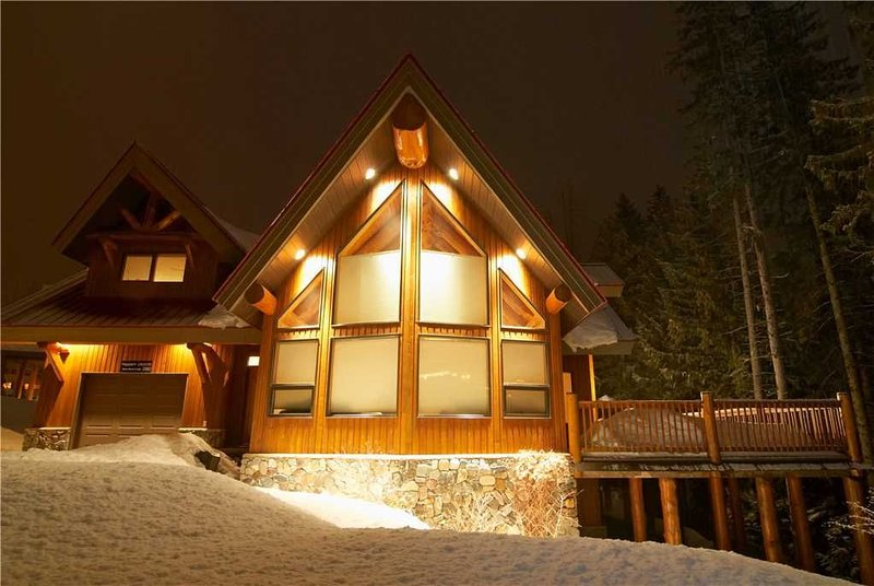 Luxury house on mountain with private hot tub, BBQ, kitchen, free wifi and mount, holiday rental in Fernie