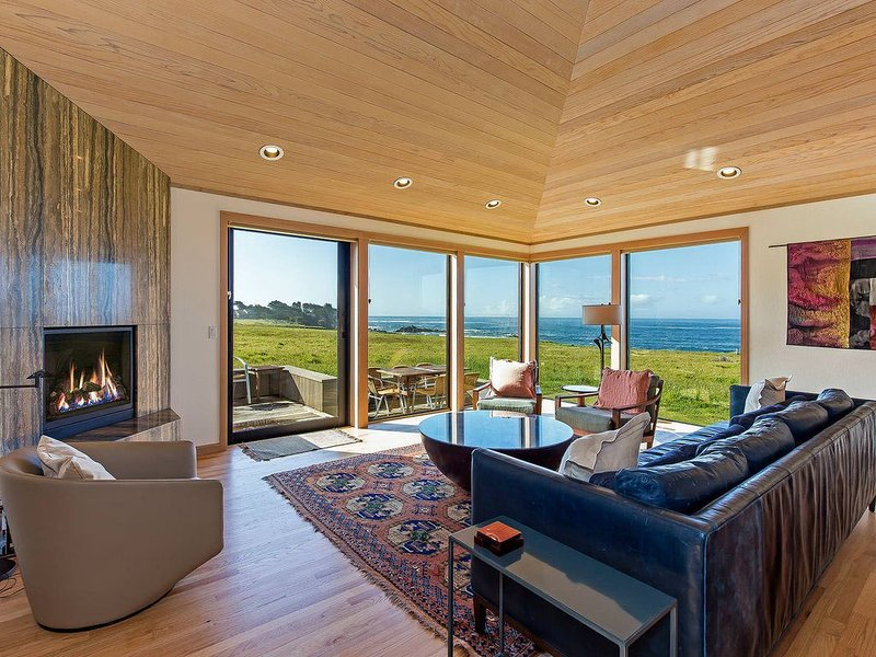 Large oceanfront cottage with private hot tub, huge kitchen- Good for Groups! – semesterbostad i The Sea Ranch