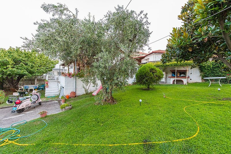 A Family house with a big Garden under the house of the Gods ., holiday rental in Olympiada