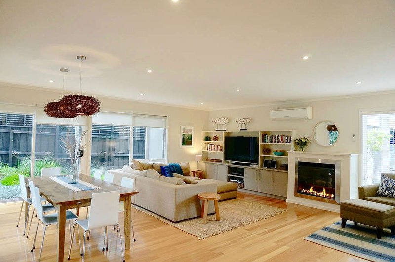 BEACHCOMBER  Opposite Phipp's Beach - Linen and wifi included., casa vacanza a Point Lonsdale