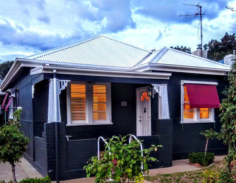 Darcy's Cottage with Free Wi-Fi and Netflix, casa vacanza a Wagga Wagga