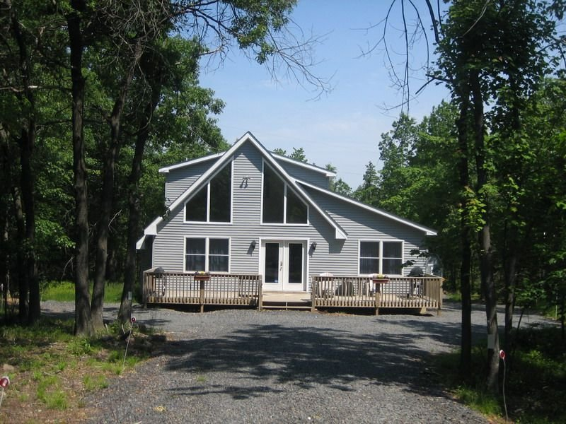 Comfortable, Clean Mountain Chalet In The Poconos For Year-Round Fun, vacation rental in Albrightsville