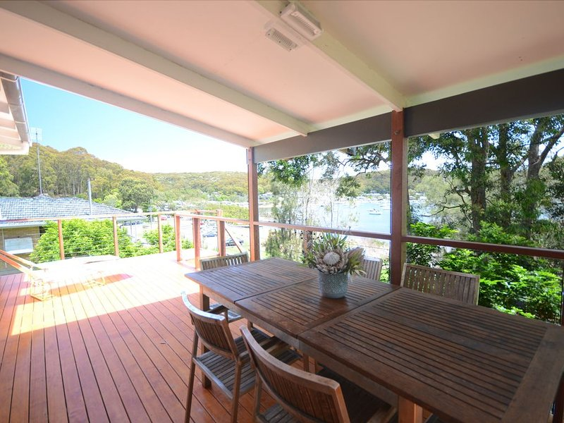 Family & pet friendly holiday house on the waterfront. Linen & towels included. – semesterbostad i Woy Woy