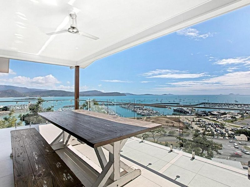 Island Views - the perfect holiday home. Centre of Airlie Beach. More to offer, location de vacances à Cannon Valley