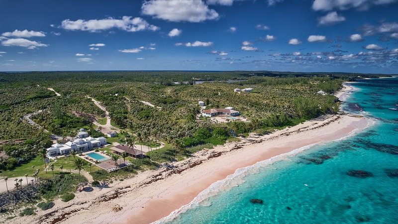 Impeccable Oceanfront Estate On Your Own 1200 Feet Of Private Pink Sand Beach, casa vacanza a Governor's Harbour
