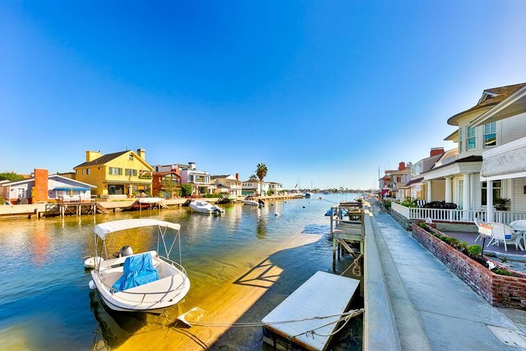 20% OFF THRU MAR! Waterfront Home w/ Large Deck, Dock, Views + Walk to All!, location de vacances à Balboa Island