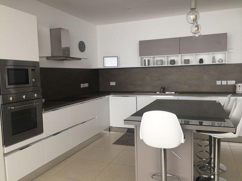 THE ONE St Julians - 4 Bedroom Apartment, casa vacanza a San Gwann