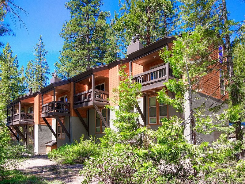Updated Incline Condo w/BBQ, Deck, Fireplace, Summer Pool and Tennis (TCC0447) – semesterbostad i Tahoe City