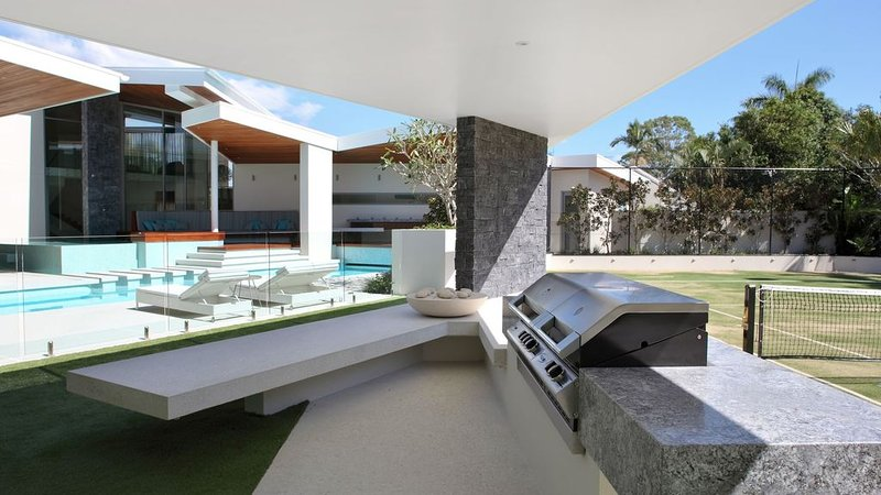 Luxury Water Front Racquet Retreat Private Resort, vacation rental in Noosa North Shore