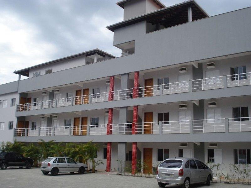 Apto completo p/ 8 pessoas,Ótima Localização,Piscina,churrasqueira e Wi-Fi., vacation rental in Ubatuba
