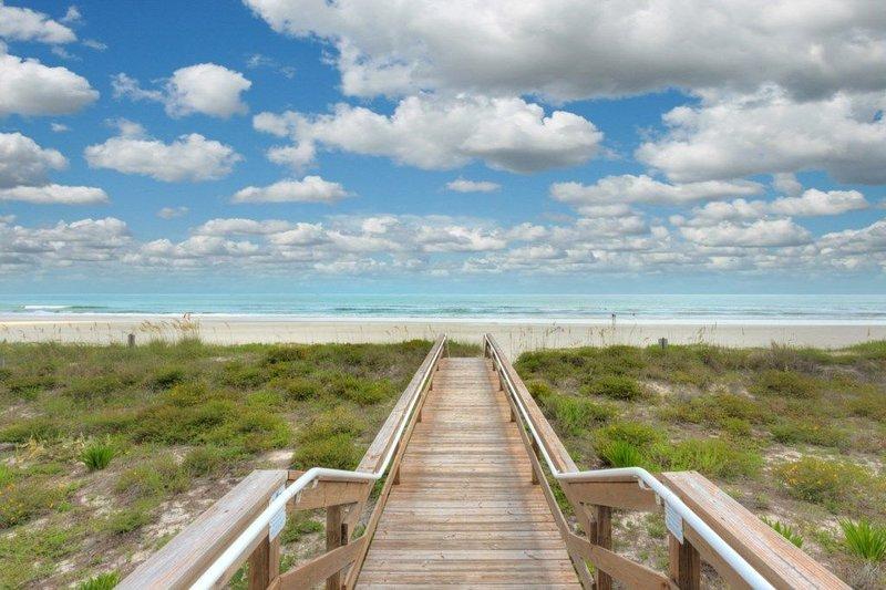 Steps to the Beach ~ Opulent Blue #4 ~ Sleeps 10- 3 Bedrooms, holiday rental in Jacksonville Beach