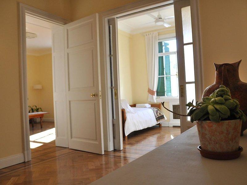 Spacious, quiet & sunny flat in a great downtown location, alquiler vacacional en Veinticinco de Mayo