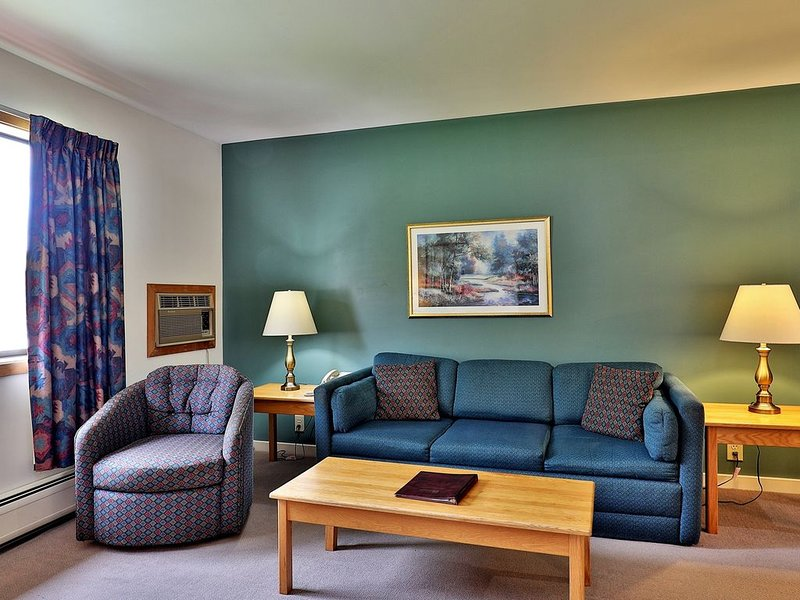 219/221 Deluxe one bedroom suite located on 2nd floor w/ outdoor heated pool, holiday rental in Sherburne