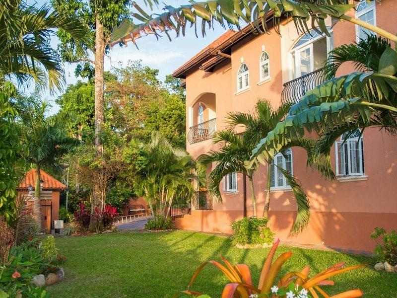 Luxurious Pen Hall Estate Apartment – semesterbostad i Runaway Bay
