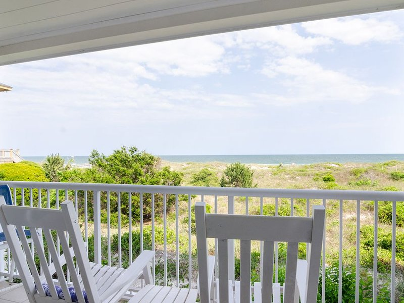 Beautiful updated oceanfront condo with pool, holiday rental in Ogden