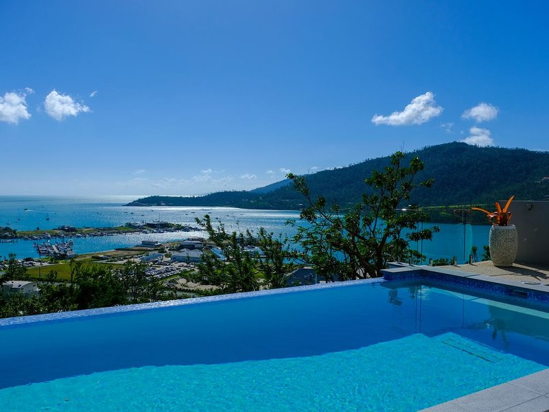 Modern Luxurious Home overlooking Port of Airlie, holiday rental in Flametree