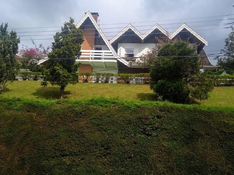 Linda casa e vista deslumbrante - 4 dorm 1suite, piso madeira. WiFi fibra ótica, holiday rental in Campos Do Jordao