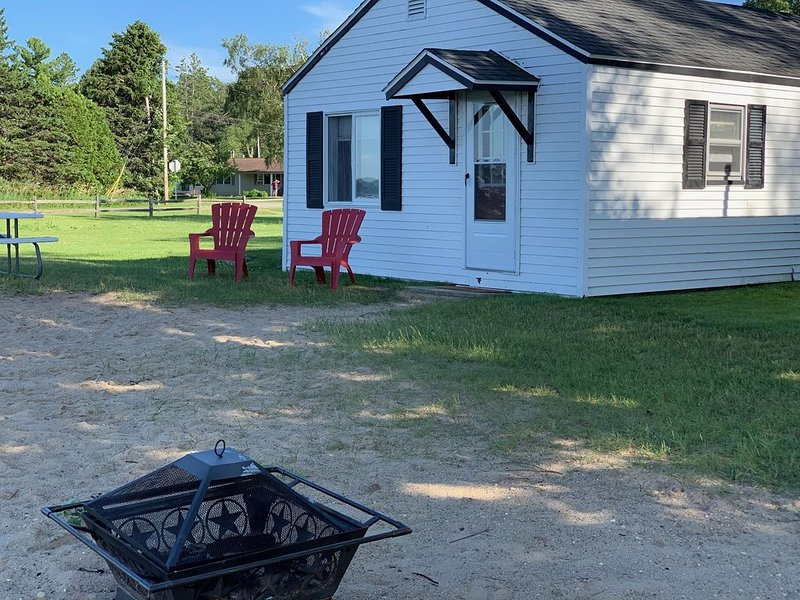 Lakeshore Vacation Rental Cabins - many renovation just completed, holiday rental in Falmouth