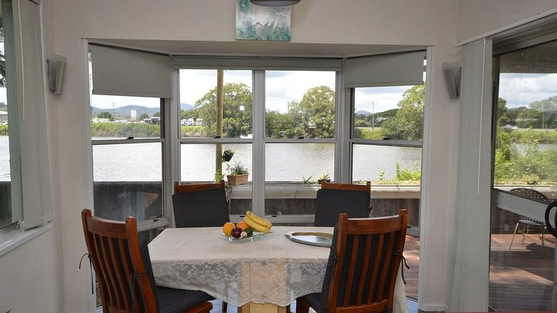 Country Charmer -Tumbulgum Rd - walk to town- 200 metres away, vacation rental in Murwillumbah