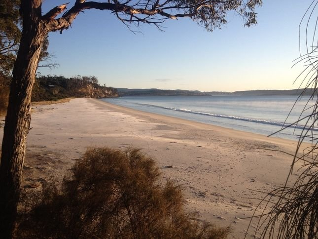 Spring Beach Holiday House, holiday rental in Buckland