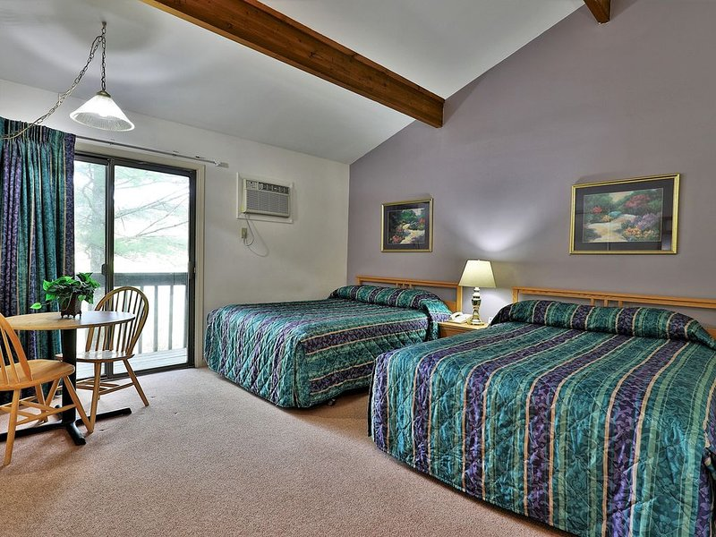 105 Two Queen Bed Standard Hotel Room on 1st floor w/ outdoor heated pool, holiday rental in Sherburne