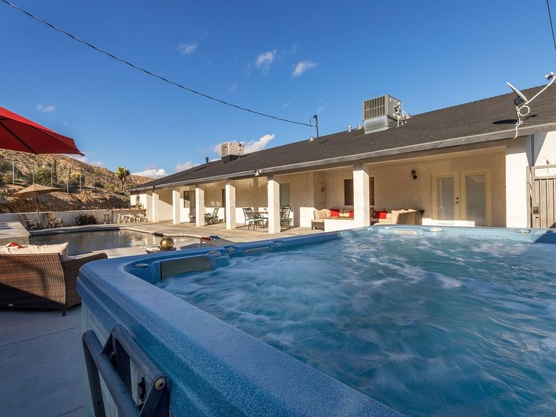 Stylish 5 BR w/Pool, Spa, Games, and Hiking!, location de vacances à Yucca Valley