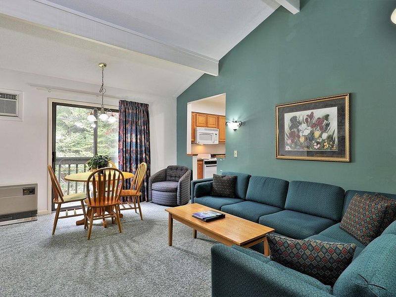 208 Deluxe One bedroom Queen Suite on the 2nd floor w/ outdoor heated pool, holiday rental in Sherburne