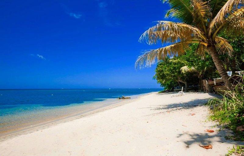 Luxury Beachfront  on the Beach Sleeps 6, holiday rental in West Bay