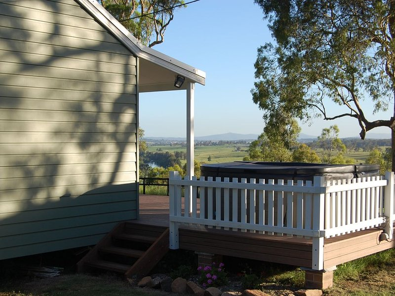Hunter Valley - Romantic luxury spa cottage - awesome views, holiday rental in Greater Newcastle
