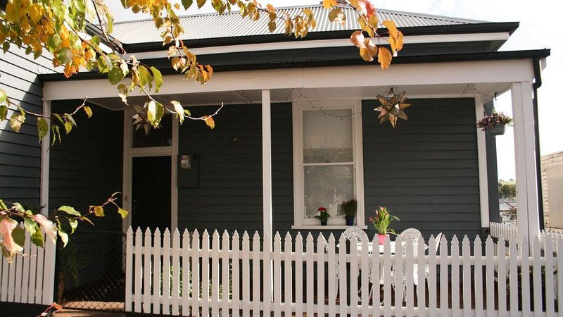 Lucy's Artist Cottage - Short or long term stay in the Heart of Casterton, vacation rental in Casterton