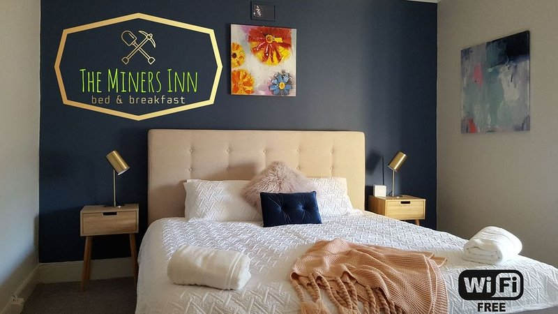 The Miners INN Renovated Cottage + WiFi + Woodfire + Fire Pit �, holiday rental in Burra