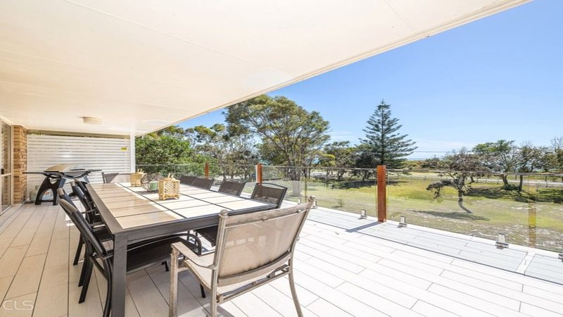 A LARGE BEACH SIDE HOME WITH WATER VIEWS, vacation rental in Moreton Bay Region