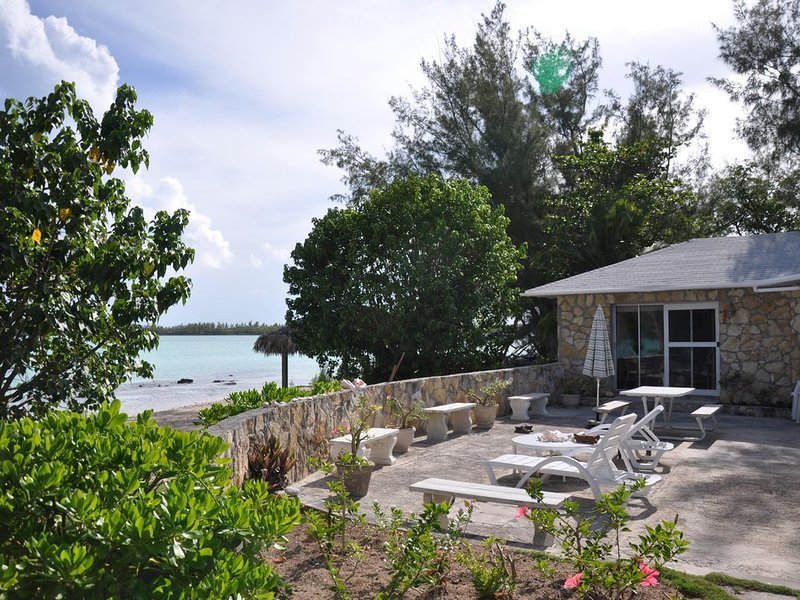 STONE BEACH COTTAGE TikiHut Kayaks Paddleboards WiFi Terrace Beachfront Gardens, location de vacances à Eleuthera