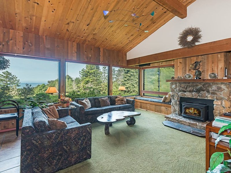 Pet Friendly Hillside house, private hot tub, partial ocean view & fireplace, alquiler vacacional en Stewarts Point