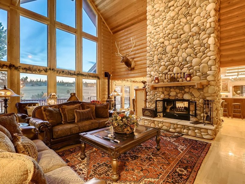 River Ranch Lodge: 28-Min To Breck, Private Hot Tub, Pool Table, Shuffleboard, holiday rental in Alma