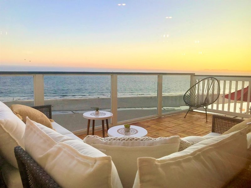 LUXURY OCEAN FRONT Penthouse. 1/2 Block to Beach!, location de vacances à La Selva Beach