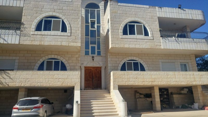 Visit Bethlehem & Jerusalem ,the apartment is in a mansion like property, alquiler vacacional en Srigim