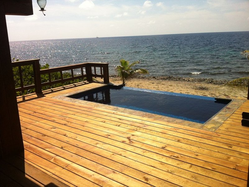 Private 4 Bedroom Beach House with a Panoramic View, alquiler de vacaciones en First Bight