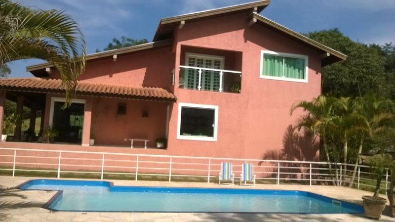 Vista lateral casa e piscina