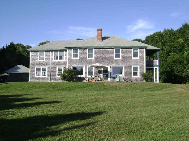 Beautiful family summer home with private beach. Mattapoisett / Buzzards Bay, casa vacanza a New Bedford