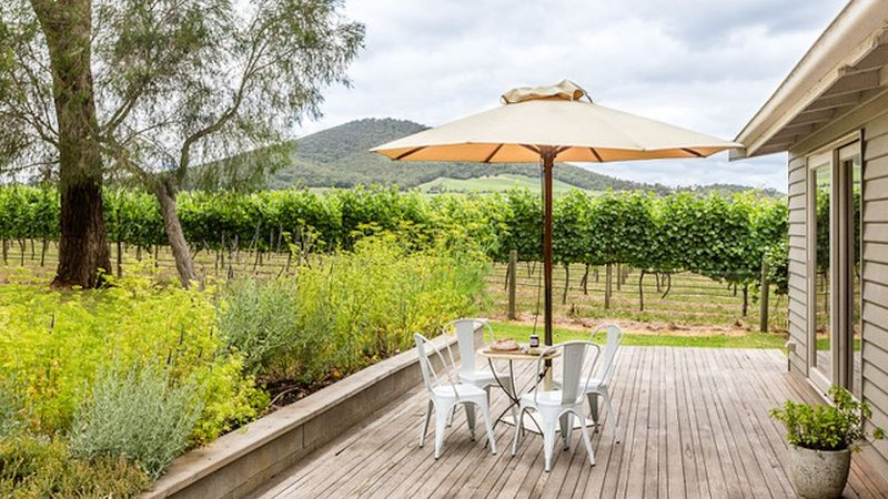 Yarra Valley vineyard cottage - premier location, relax, enjoy and breathe easy, holiday rental in Tarrawarra