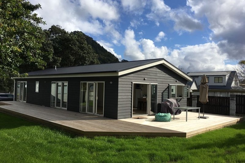 Modern house with optional Cabin - Great for families! Close to Beach., location de vacances à Pauanui